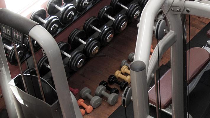 Szkolenie podstawy treningu, sprzęt na siłowni