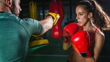 kurs instruktora boksu, boksująca dziewczyna w rękawicach