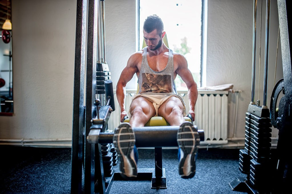 szkolenie lower body training, ćwiczący mężczyzna