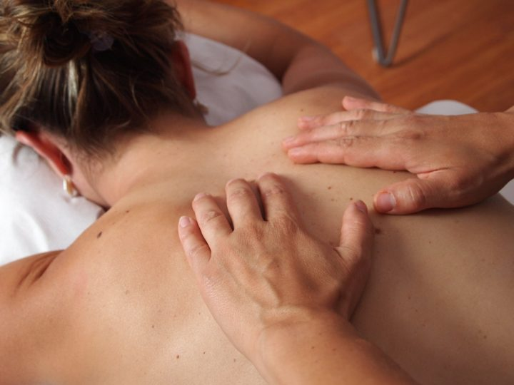 szkolenie masaż tkanek głębokich, dłonie masują plecy kobiety