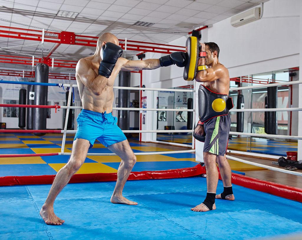Kurs trenera kickboxingu – zawodnicy trenujących w ringu