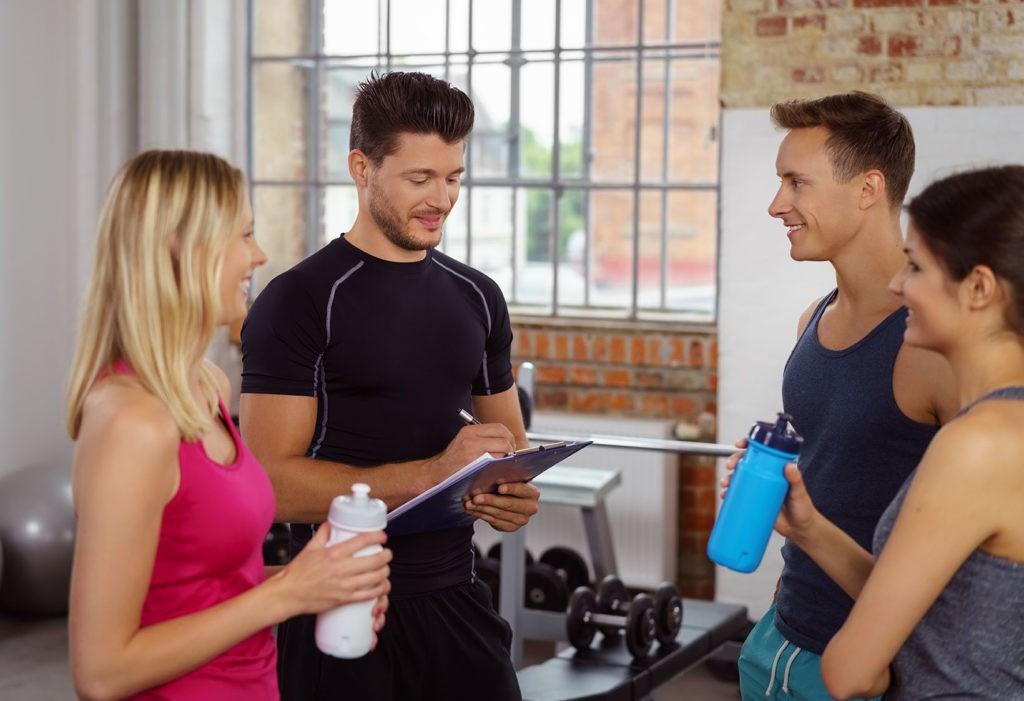 szkolenie planowanie treningu, trener i podopieczni omawiają plan treningowy