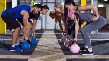 Szkolenie AST Kettlebell, kobiety i mężczyźni ćwiczą z kettlebells