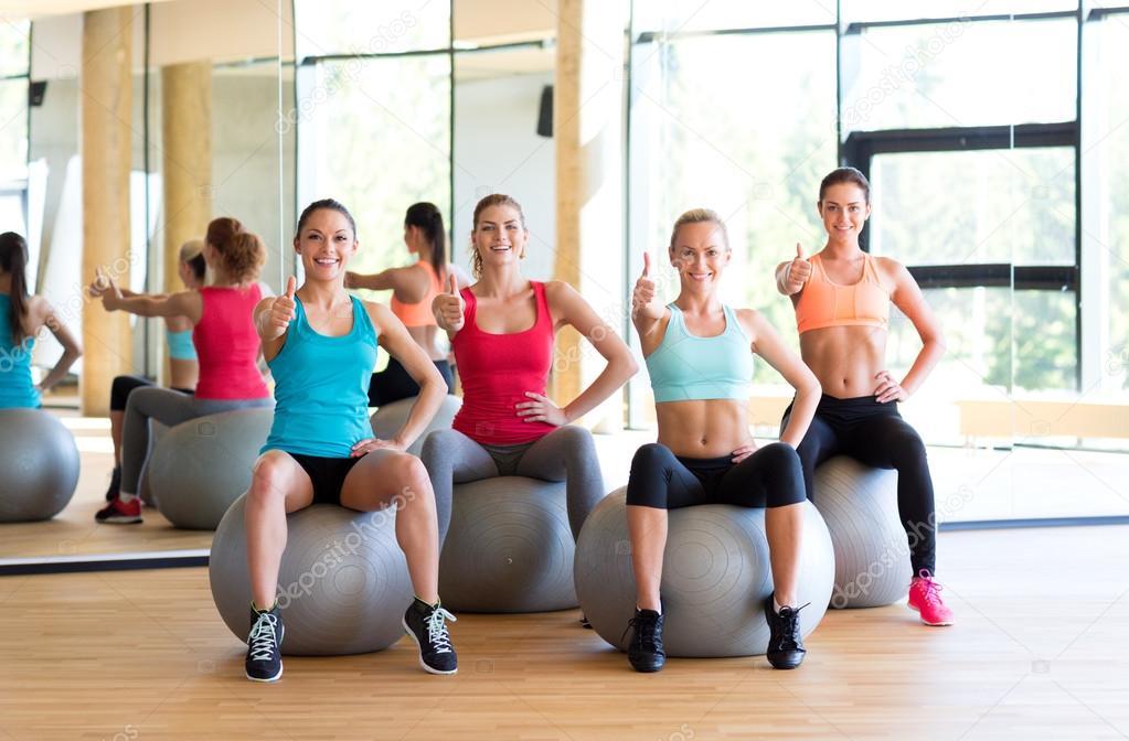 szkolenie AST fitball, kobiety ćwiczą na piłkach