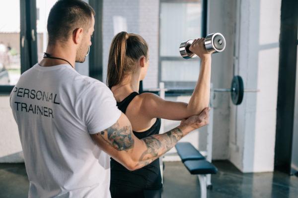 kobieta i trener osobisty; jak wybrać kurs na trenera personalnego