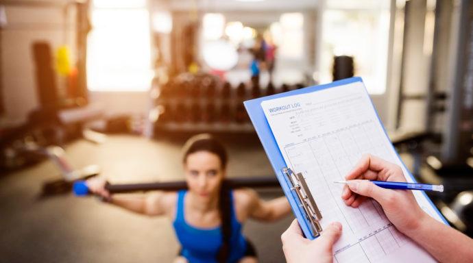 , plan treningowy, ćwicząca kobieta, trener freelancer, trener na umowie, trener na etacie