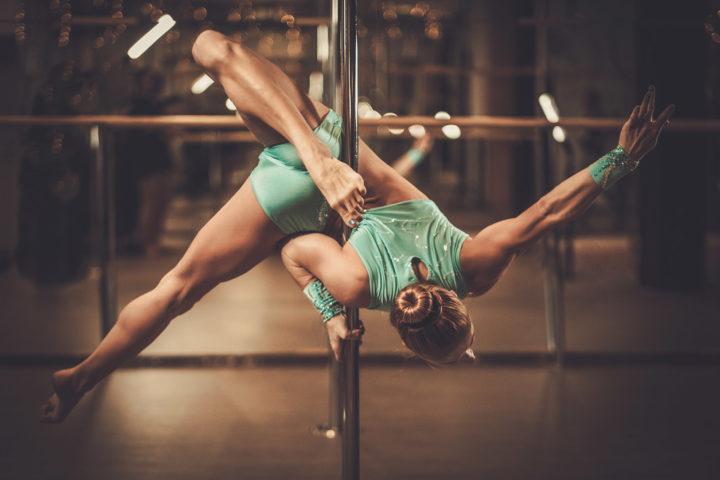 kobieta na rurze tańczy pole dance; Kurs na instruktora pole dance, instruktor pole dance