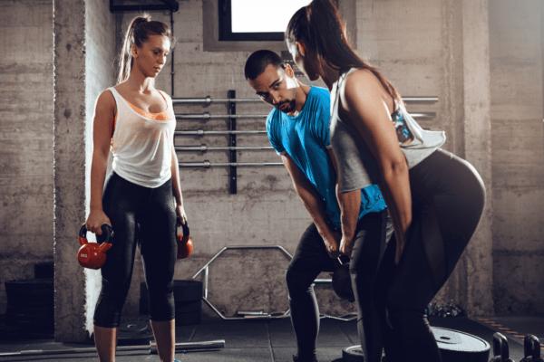 młodzi ludzie na siłowni, kurs trenera personalnego