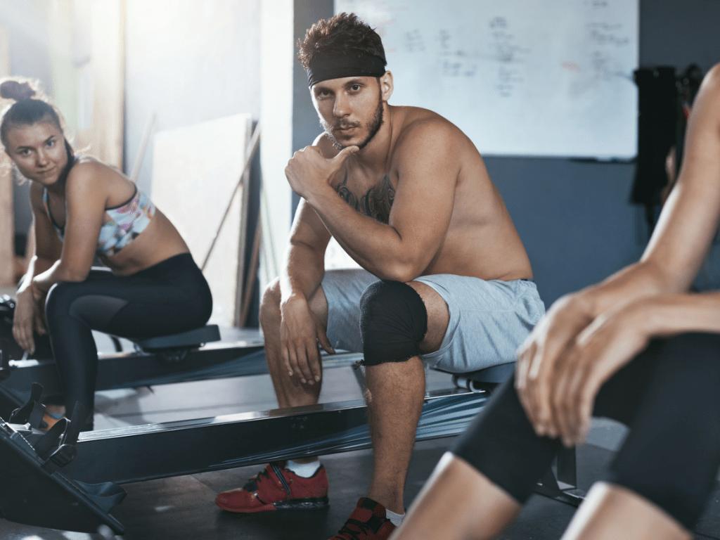młodzi ludzie na siłowni, kurs trener personalnego
