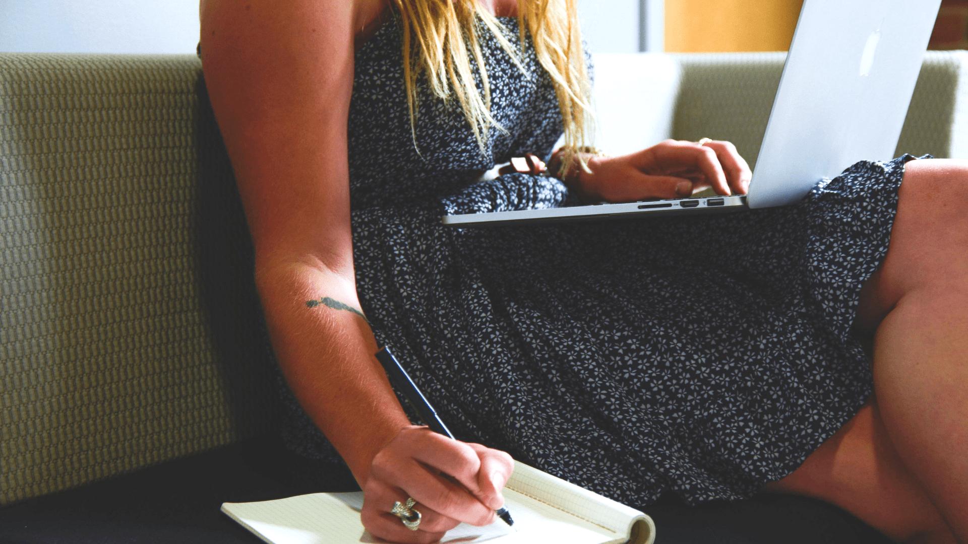 kobieta z laptopem, robiąca notatki – trener personalny kurs online