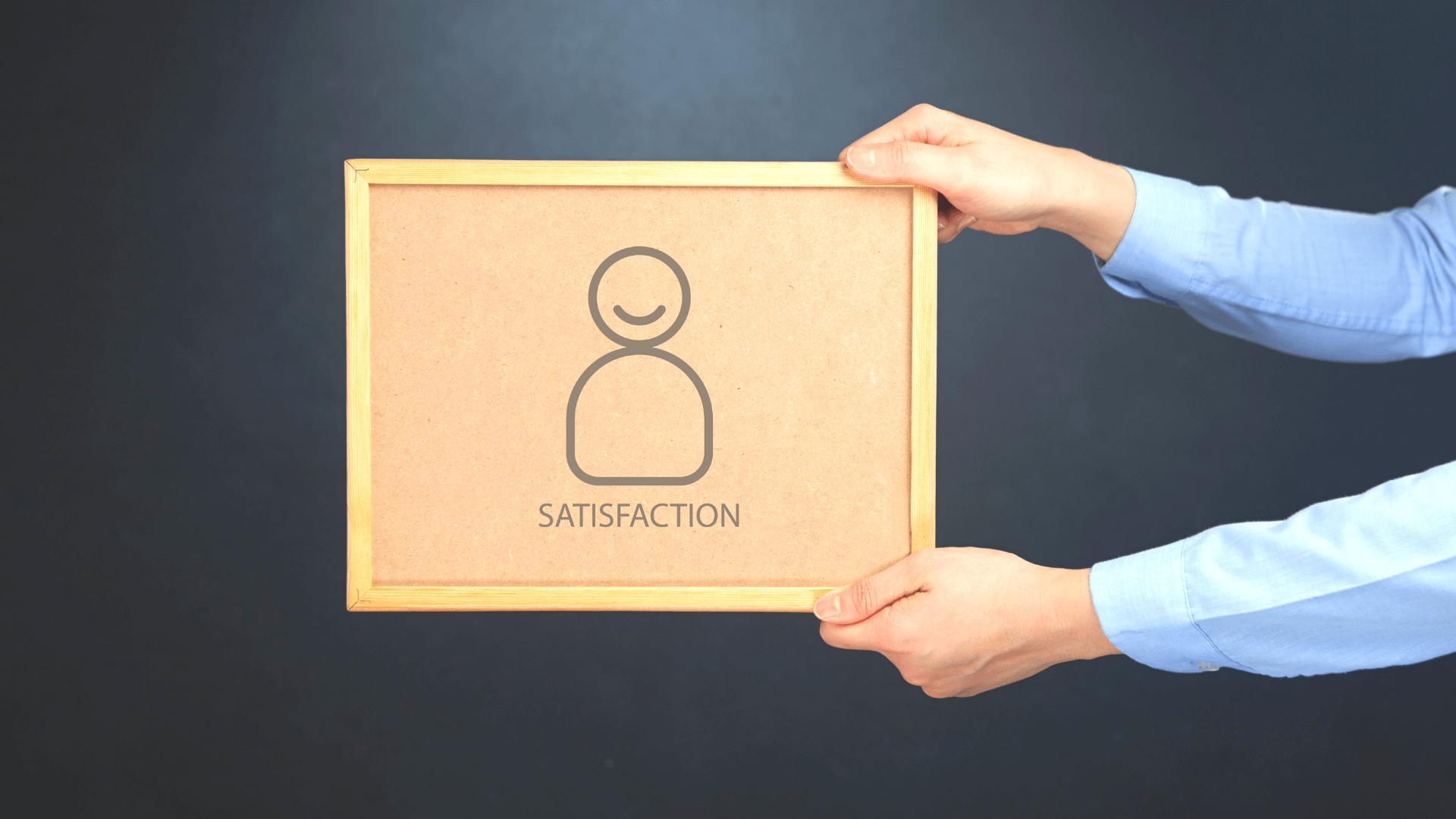 tabliczka z napisem satisfaction, kurs trener personalny online