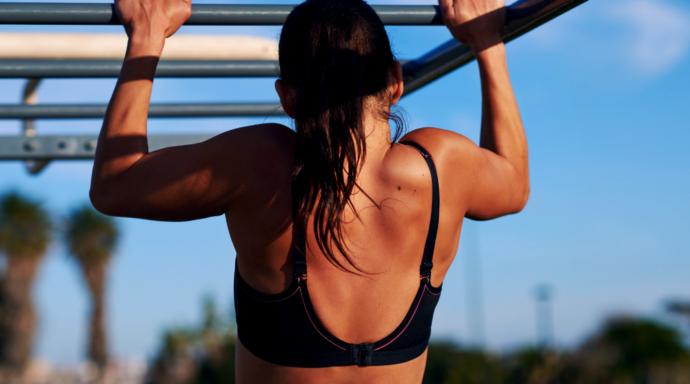 dziewczyna podciągająca się na drążku, trening w upalne dni, trening podczas upałów