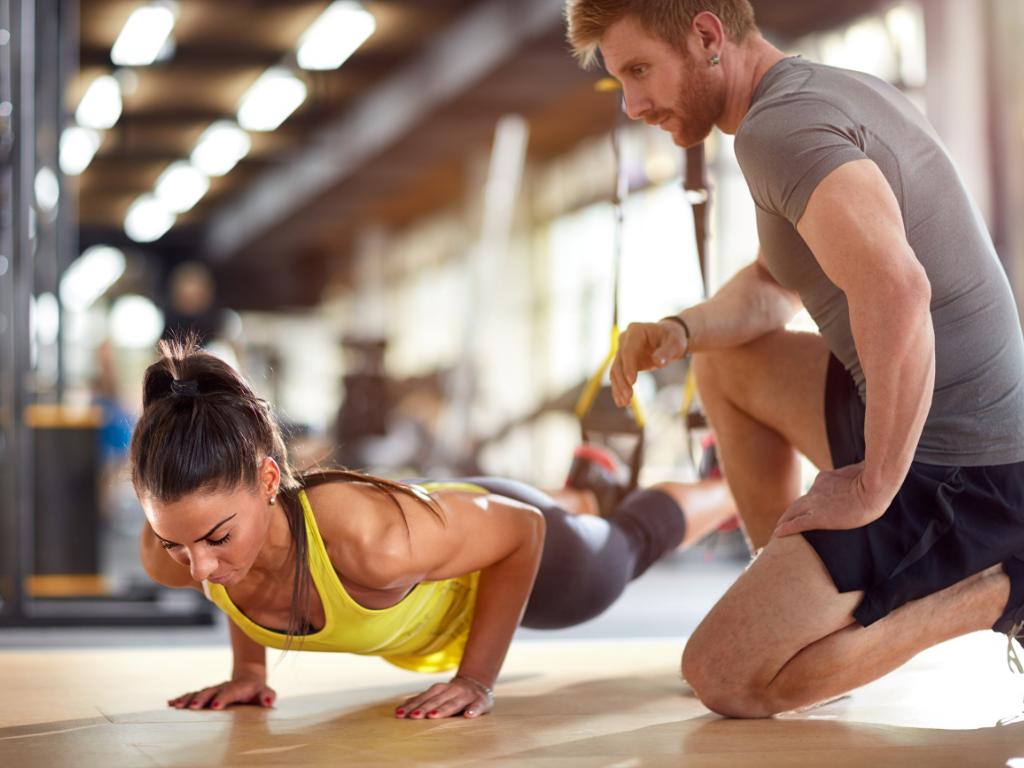 kobieta wykonująca ćwiczenia i trener personalny; motywacja w treningu personalnym