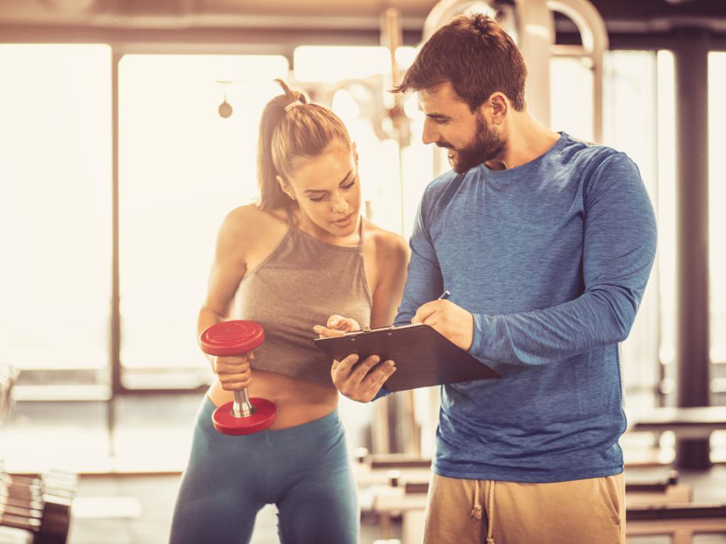 mężczyzna i kobieta na siłowni; jak zmotywować klienta do treningu