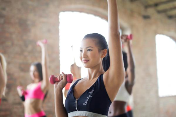 kobieta z hantelkami na zajęciach fitness, pakiet instruktor fitness pro silver