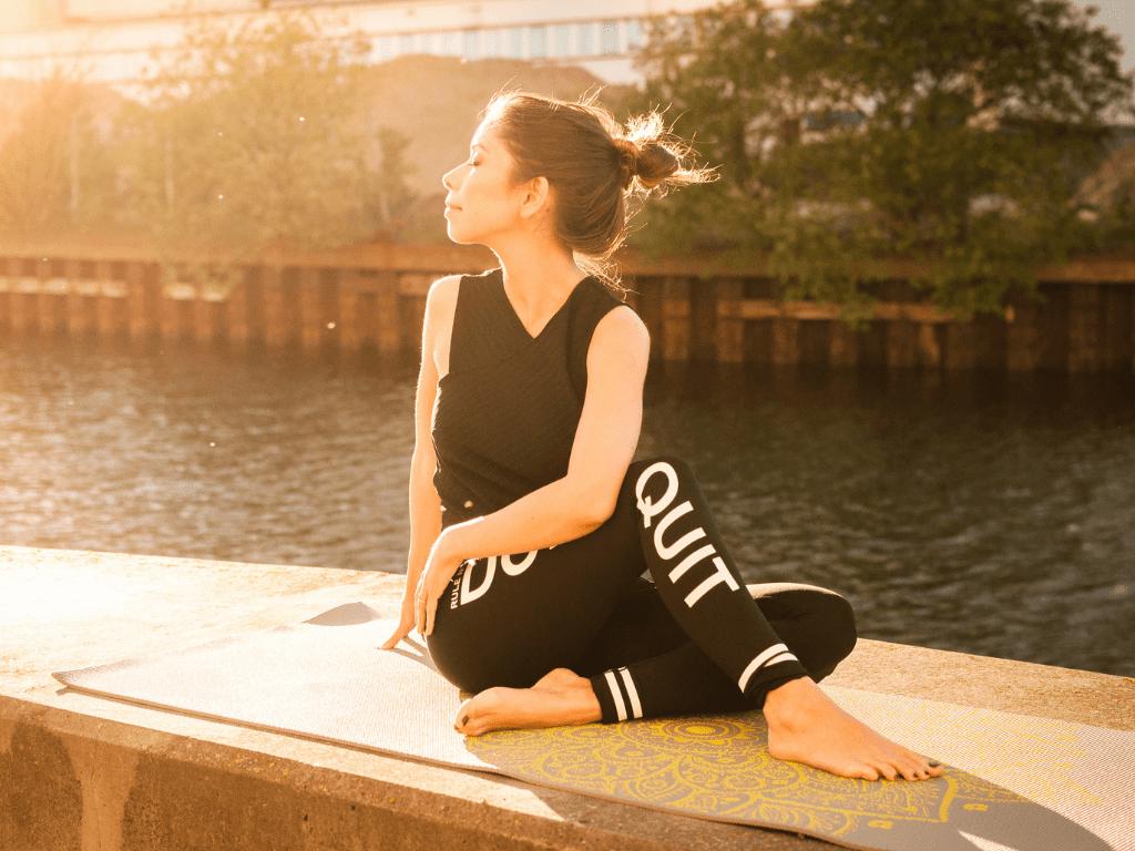 kobieta wykonująca ćwiczenia rozciągające; zalety stretchingu
