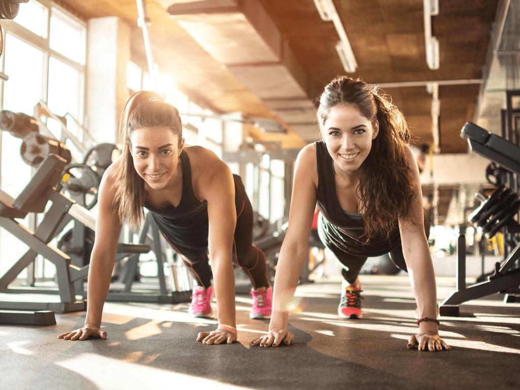 dziewczyny robiące pompki, robienie pompek na siłowni