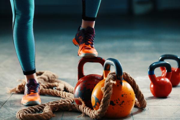 odważniki kettlebell, sznur, buty sportowe