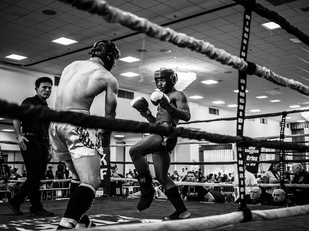 mężczyźni trenujący kickboxing, zalety kickboxingu, czym jest kickboxing