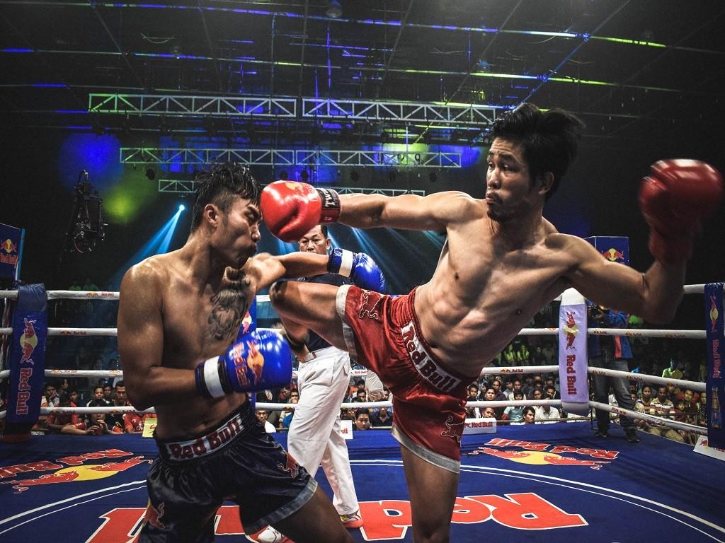 zawodnicy trenujący muay thai, ring