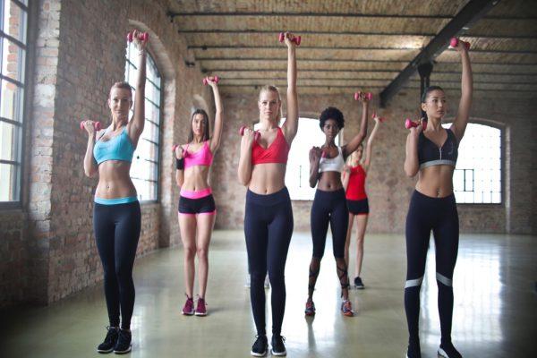 dziewczyny podnoszące ciężarki, siłownia, trening, efekty treningu