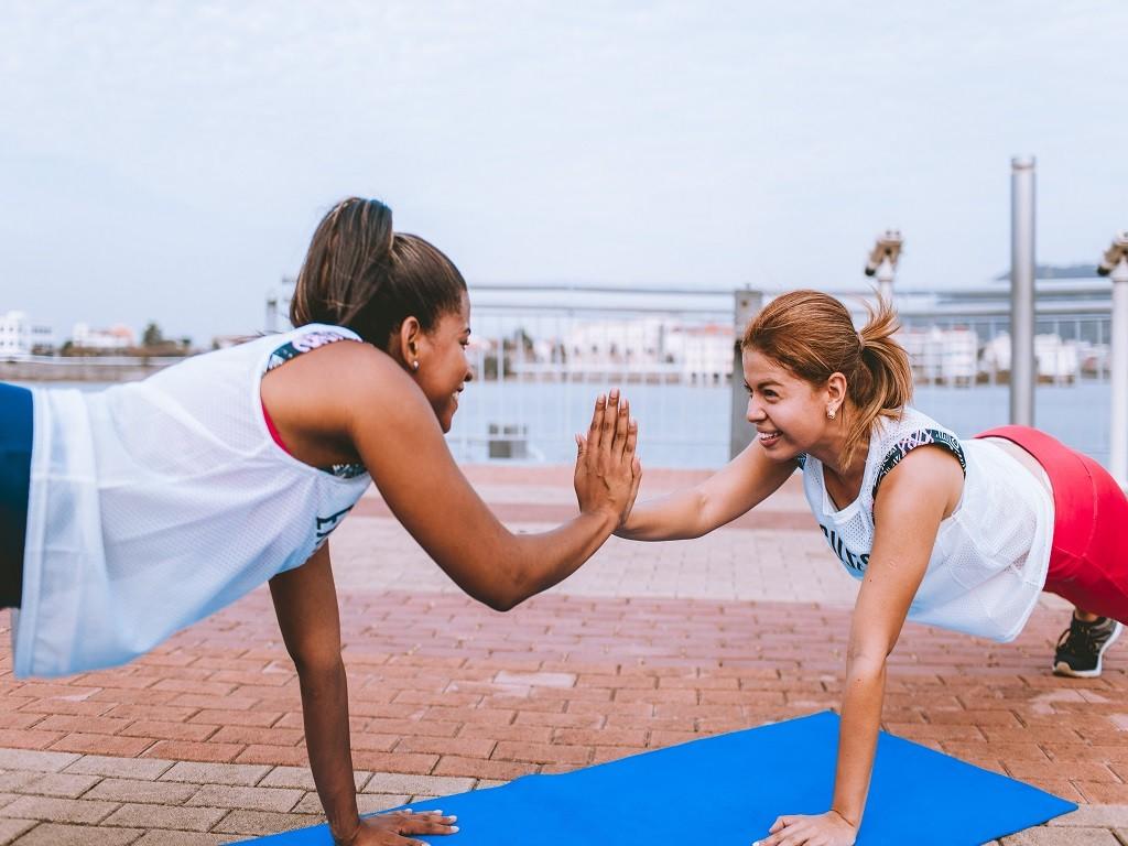 kobiety przybijające sobie piątkę, siłownia, trening, efekty treningu