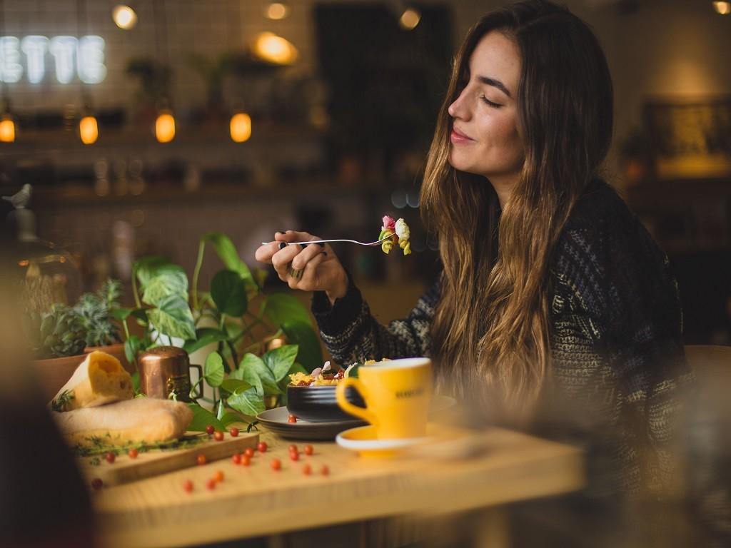 kobieta spożywająca posiłek