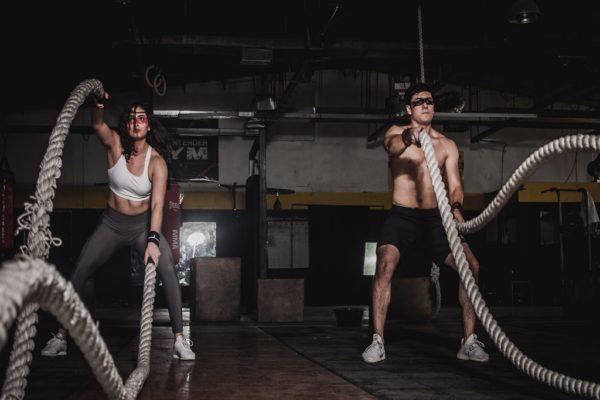 mężczyzna i kobieta ćwiczący z linami