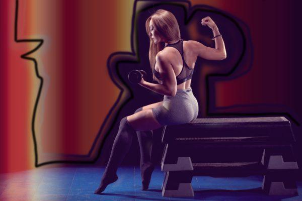 wysportowana kobieta z hantelkiem w dłoni (kursy trenera personalnego, ile trwa kurs na trenera personalnego)